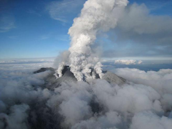 dramma-in-giappone-l-eruzione-del-vulcano-ontake-sorprende-gli-escursionisti 2