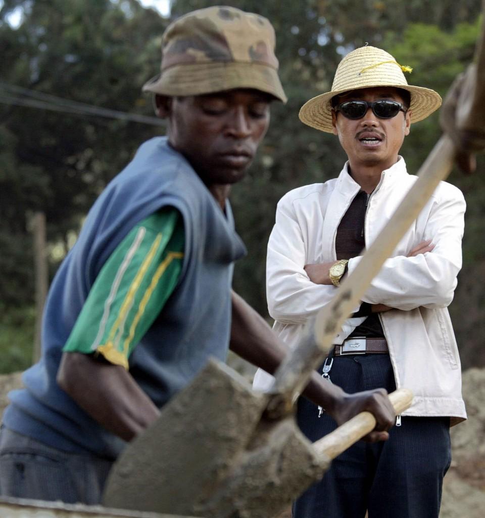 Un Etiope lavora controllato da un sorvegliante cinese