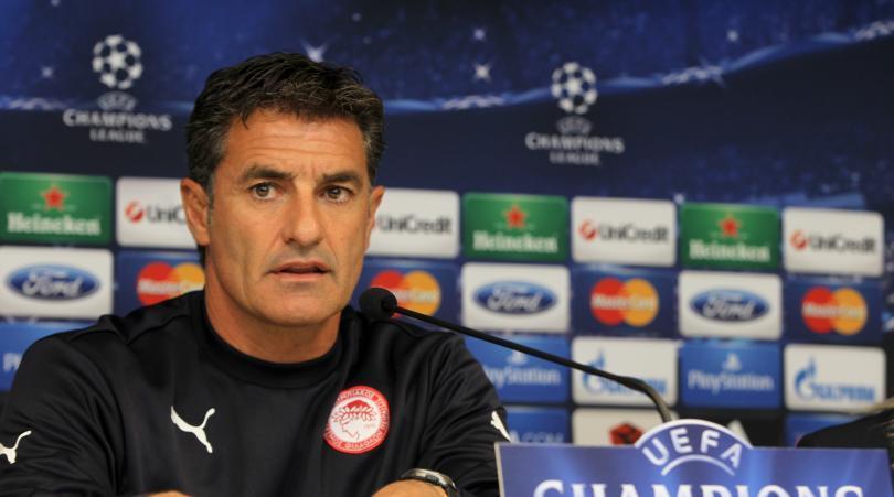 ( Il tecnico dei Greci, l'ex centrocampista spagnolo Michel).