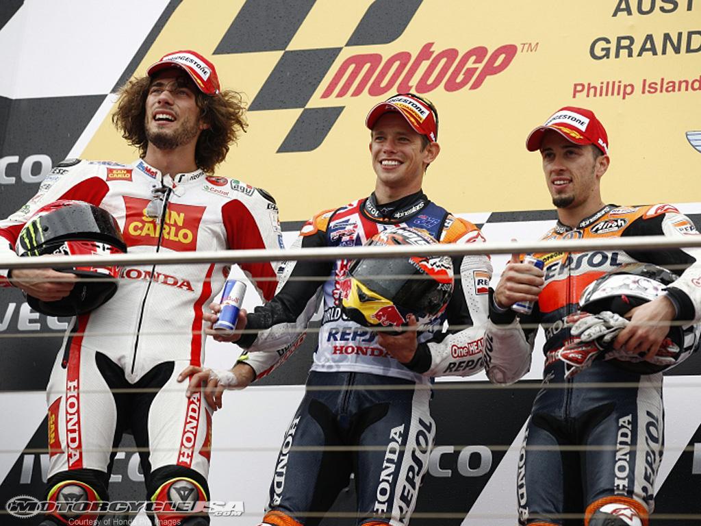 ( Il podio del Gp australiano del 2011: accanto a Stoner l'indimenticabile Simoncelli e Dovizioso)