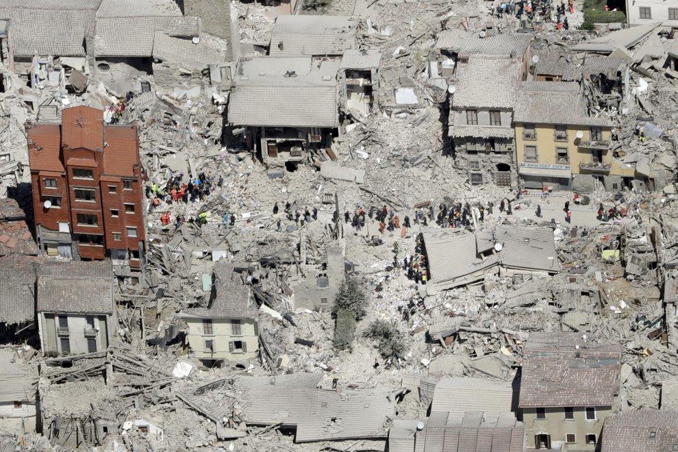sisma-247-i-morti-scossa-4-5-allalba-si-scava-senza-sosta-prima-notte-in-tenda