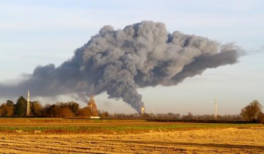 """Incendio alla raffineria Eni di Sannazzaro: nessun ferito ma si lavora al """"raffreddamento"""" dell'impianto"""