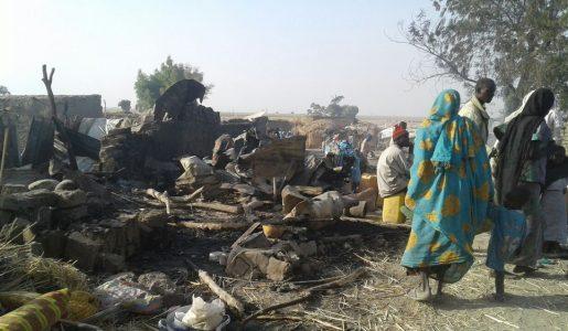 """Nigeria: bombardato """"per sbaglio"""" un campo profughi, oltre 100 morti"""