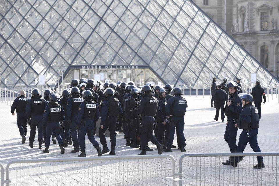 parigi-aggredisce-militari-vicino-al-museo-del-louvre-cazeneuve-terrorismo