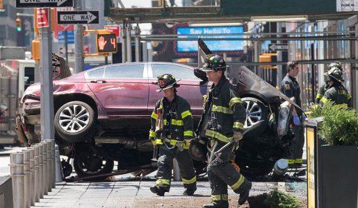 New York, un'auto falcia alcuni pedoni a Times Square: il bilancio è di una vittima e 22 feriti